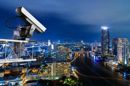 Photo pour Caméra de sécurité détecte le mouvement de la circulation. Toit de gratte-ciel . - image libre de droit