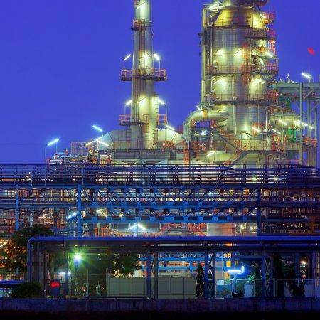 Photo pour Usine de raffinage de pétrole au crépuscule rivière Chao Phraya à Bangkok, Thaïlande . - image libre de droit