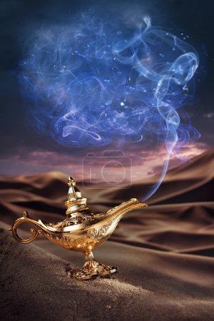 Photo pour Lampe magique Aladdin sur un désert de fumée - image libre de droit