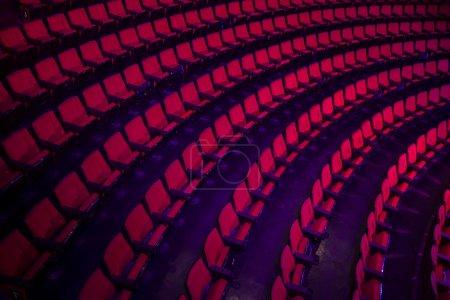 Photo pour Lignes vides des sièges de théâtre ou un film rouges - image libre de droit