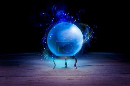 Photo pour Boule de cristal de diseur de fortune avec éclairage dramatique - image libre de droit