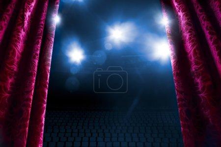 Photo pour Rideau de théâtre avec dramatique flare éclairage et lentille - image libre de droit