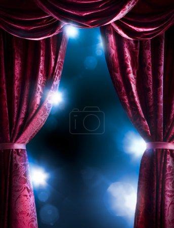 Photo pour Rideau de théâtre avec éclairage dramatique et fusée éclairante - image libre de droit