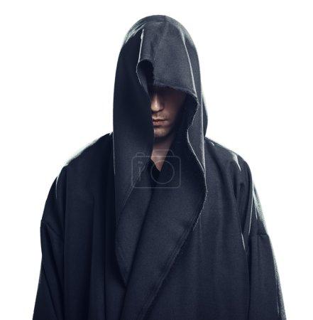 Photo pour Portrait d'un homme en robe noire sur fond blanc - image libre de droit