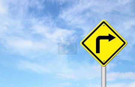 Photo pour Panneau de signalisation - virage à droite Avertissement avec ciel bleu vide pour le texte - image libre de droit