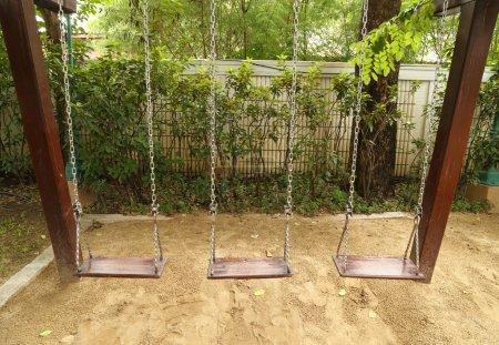 Foto de Columpio de madera en el patio - Imagen libre de derechos