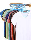 T-Shirts, die Kleiderbügel hängen