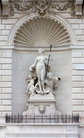 Statue de Vénus sur la façade du Palais Lloyd à Trieste