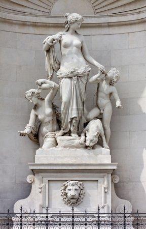 Statue de Téthys sur la façade du Lloyd Palace à Trieste