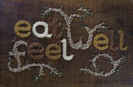 der Satz gut essen, gut geschrieben und mit Samen dekoriert sein