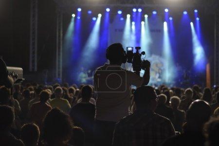 Photo pour Silhouette de caméraman sur une scène de concert - image libre de droit