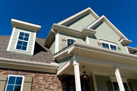 Photo pour Grande maison résidentielle toit et porche détails extérieurs - image libre de droit
