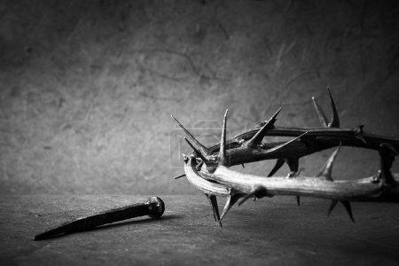 Foto de Foto en blanco y negro. semana de pasión. corona de Jesús christ de espinas y un clavo. - Imagen libre de derechos
