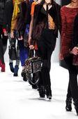 New york - 10 febbraio: un modello passeggiate pista per presentazione di rebecca minkoff autunno inverno 2012 nel lincoln center durante la settimana della moda di new york il 10 febbraio 2012