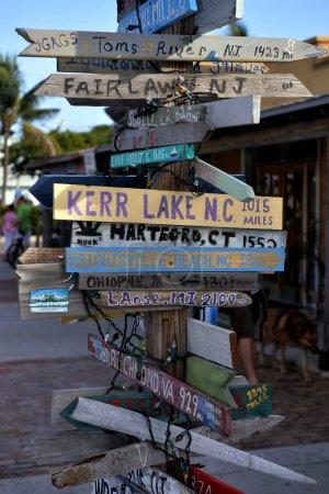 Photo pour Ancien panneau indicateur à Key West, FL - image libre de droit