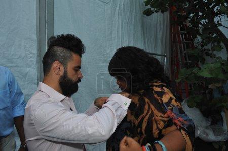 A.Z Araujo prepares Priscilla Marinho backstage
