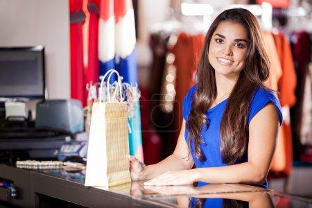 Foto de La mujer está de pie en el mostrador de la tienda - Imagen libre de derechos