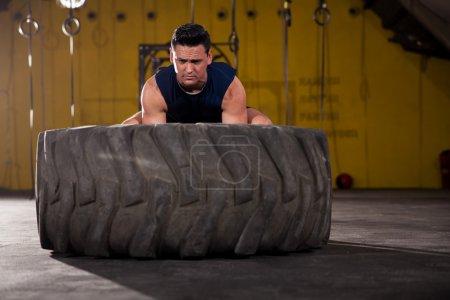 déterminé à soulever un pneu