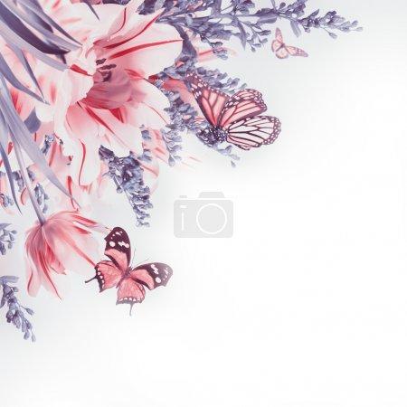 Photo pour Tulipes rouges et papillon. Fond floral - image libre de droit
