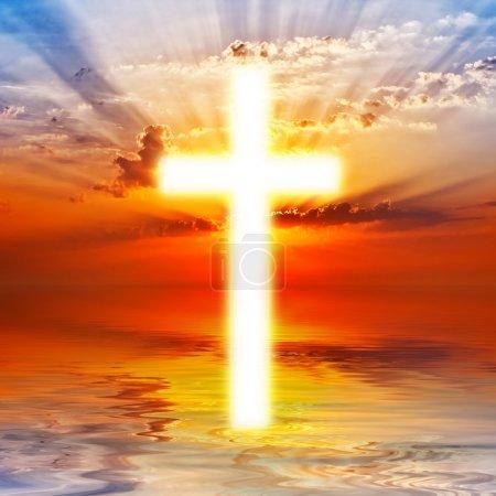Photo pour Croix apparaissant au lever du soleil - image libre de droit