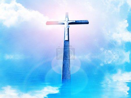 Photo pour Croix dans les rayons du soleil contre ciel nuageux - image libre de droit