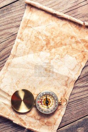 Photo pour Vieille carte au trésor avec boussole - image libre de droit
