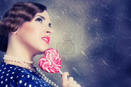Photo pour Femme avec grande sucette dans un style rétro - image libre de droit