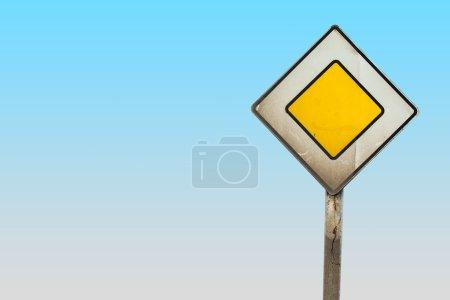 Photo pour Signe de la route principale avec un tracé de détourage - image libre de droit