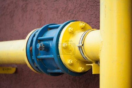 Photo pour Tuyau de gaz jaune - image libre de droit