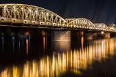 vue de la nuit du pont de truong tien à hue