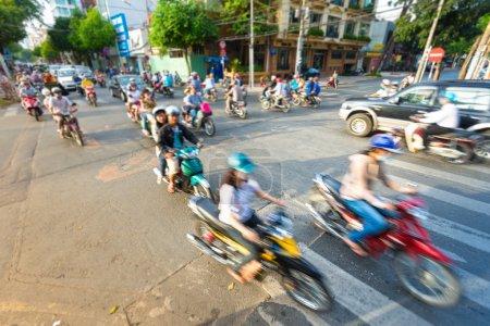 Photo pour Avis de motion de la rue au vietnam. l'Asie du sud-est. trafic quotidien intense avec le flot de voitures et de motos. vue floue de vélos au premier plan. Transports et circulation. - image libre de droit