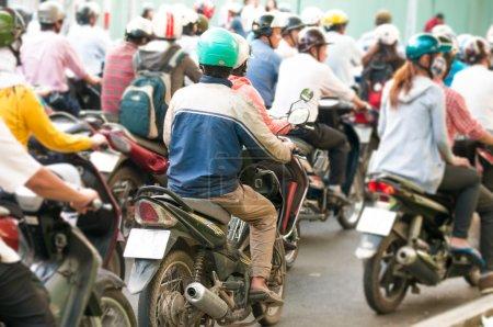 Photo pour Vue à ho chi minh ville (saigon) au vietnam. l'Asie du sud-est. trafic journalier occupé avec beaucoup de motos. Transports et circulation. - image libre de droit
