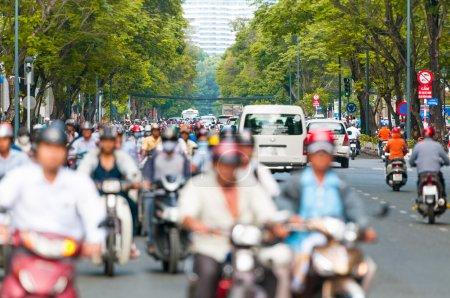 Photo pour Vue à ho chi minh ville (saigon) au vietnam. l'Asie du sud-est. trafic journalier occupé avec beaucoup de voitures et de motos. vue floue de coureurs de scooter au premier plan. Transports et circulation. - image libre de droit