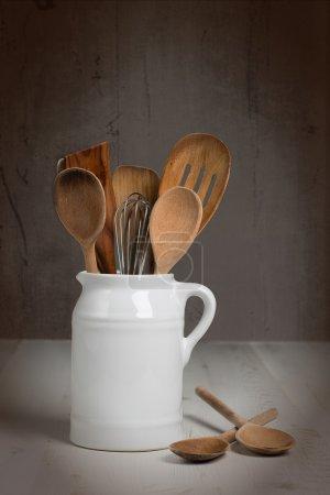 Photo pour Tasse d'ustensiles de cuisine, y compris les cuillères en bois - image libre de droit