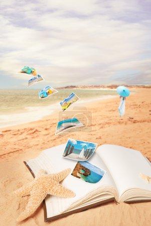 Photo pour Cartes postales d'été volent à partir de livre ouvert sur la plage - image libre de droit