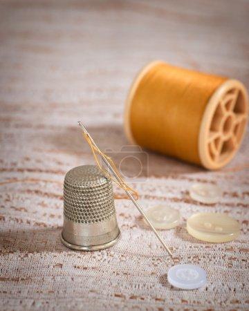 Photo pour Aiguille à coudre filetée avec dé à coudre et boutons - image libre de droit