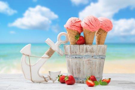 Photo pour Trois glaces fraises avec fruits à la plage - image libre de droit