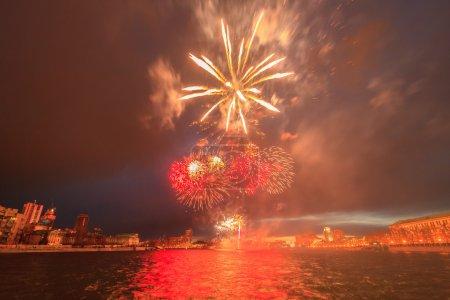 Photo pour Feux d'artifice en l'honneur de la victoire. Ekaterinbourg, Russie - image libre de droit