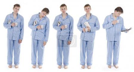 Photo pour Homme en pyjama avec ensemble de journaux de différentes positions - image libre de droit