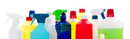 Photo pour Nettoyage des bouteilles de liquide sur fond blanc isolé - image libre de droit