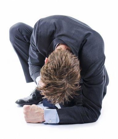 Photo pour Homme d'affaires déprimé à genoux sur le sol - image libre de droit