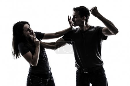 Photo pour Homme tabassant une femme, image concept de violence domestique - image libre de droit