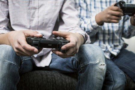 Photo pour Les jeunes garçons jouent sur une console de jeu - image libre de droit