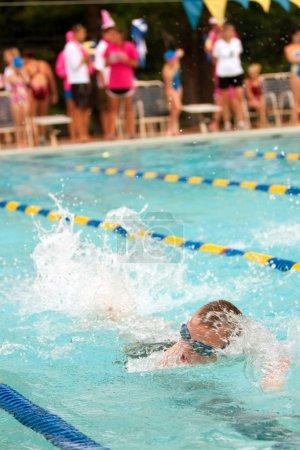 Photo pour Lawrenceville, ga, é.-u. - 14 juin : un nageur enfant mâle nage freestyle AVC au cours d'une compétition de natation de quartier entre trois équipes de natation. - image libre de droit