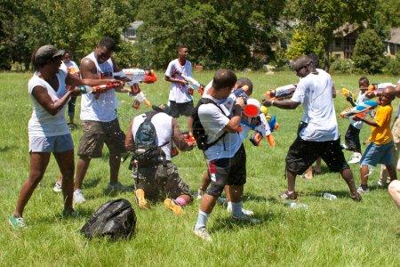 Photo pour Atlanta, Géorgie, USA - 28 juillet 2012: plusieurs non identifié participer à une fusillade groupe de gicler appelé fight4atlanta, une fusillade de l'eau amusant entre des dizaines de résidents locaux. - image libre de droit