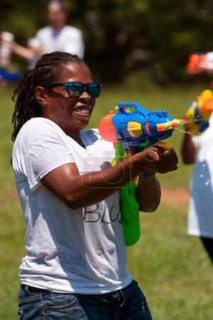 Photo pour Atlanta, ga, é.-u. - 28 juillet 2012 : une femme non identifiée participe à une bataille énorme pistolet d'eau appelée le fight4atlanta, un fun pistolet à eau lutte entre des dizaines de résidents locaux. - image libre de droit
