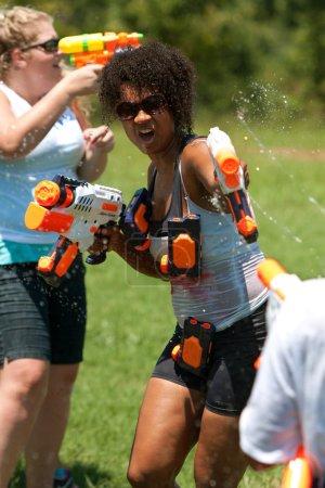 Photo pour Atlanta, ga, é.-u. - 28 juillet 2012 : une femme non identifiée participe à une bataille de pistolet d'eau groupe appelé le fight4atlanta, un amusement squirt combat d'armes à feu entre des dizaines de résidents locaux. - image libre de droit