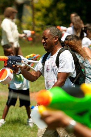 Photo pour Atlanta, Géorgie, USA - 28 juillet 2012: plusieurs non identifié participer à une bataille de pistolet à eau de groupe appelé fight4atlanta, une giclée de coups de feu entre le plaisir des dizaines de résidents locaux. - image libre de droit