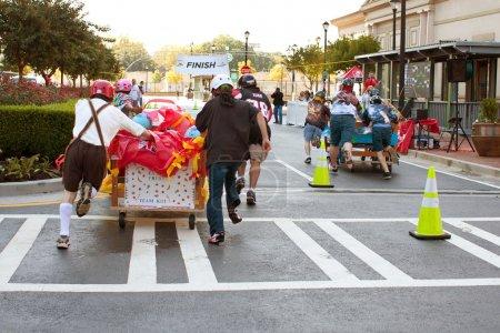 Photo pour Atlanta, ga, é.-u. - 13 octobre 2012 : deux équipes pousser leurs lits vers la ligne d'arrivée du matelas atlanta 500, une course de lits de collecte de fonds pour la Banque de meubles d'atlanta. - image libre de droit