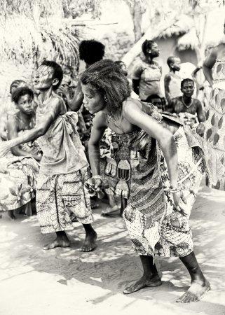 Photo pour Une femme togolaise danse tellement - image libre de droit